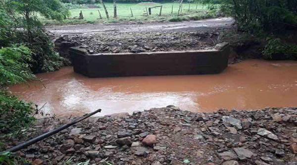 Chuva arrasta ponte, invade casas e prejudica estradas no Noroeste do RS