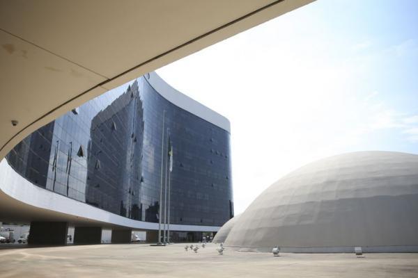 TSE reúne equipes de Bolsonaro e Haddad para discutir fake news