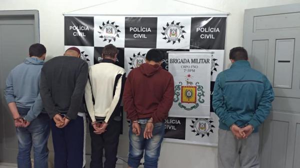 Operação policial prende cinco pessoas