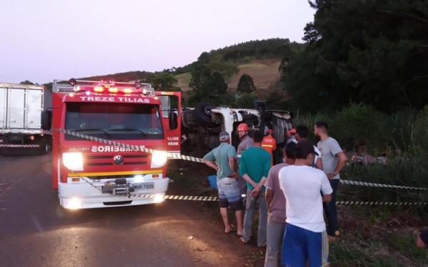 Morador de Palmitinho morre após tombar carreta em Treze Tílias