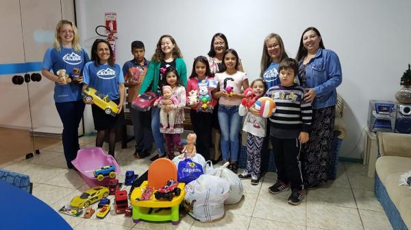 Grupo Calebe da Igreja Adventista faz doação ao Natal da Criança Carente da 100.7 FM