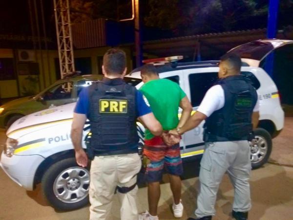 Sarandi: PRF e BM prendem passageiro de ônibus que estava foragido há dois dias