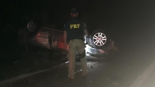 Após capotar o carro, motorista sai do veículo e morre atropelado em Arroio dos Ratos, diz PRF