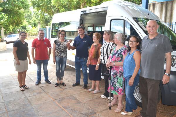APAE de Tenente Portela ganha veículo novo para transporte de alunos