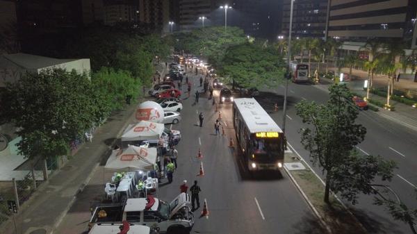 Fugir de blitz de trânsito é infração que gera multa e suspensão do direito de dirigir