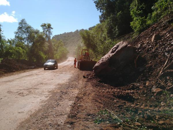 Queda de encostas preocupa usuários da rodovia 472