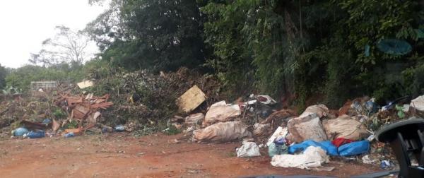 Morador denuncia lixo acumulado em terreno da prefeitura de Tenente Portela