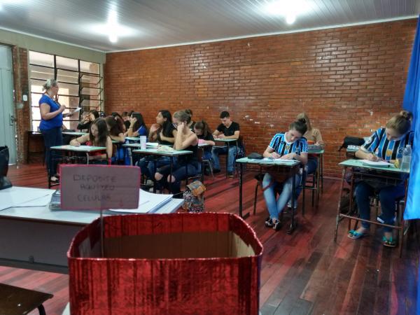 Turma da escola Cléia proíbe o uso do celular em sala de aula