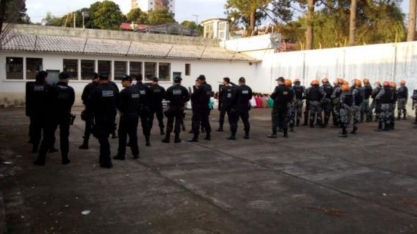 Agentes executam revista no presídio estadual