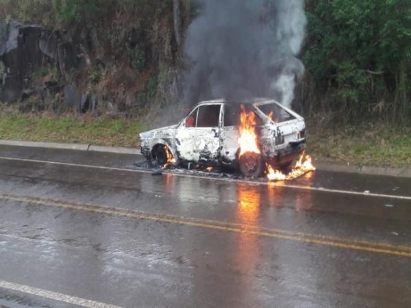 Carro é consumido pelo fogo em Tiradentes do Sul
