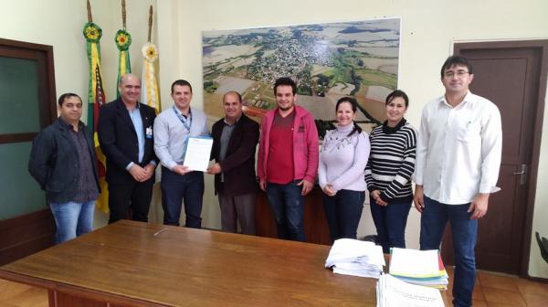 Executivo de Coronel Bicaco assina contrato para aquisição de veículos