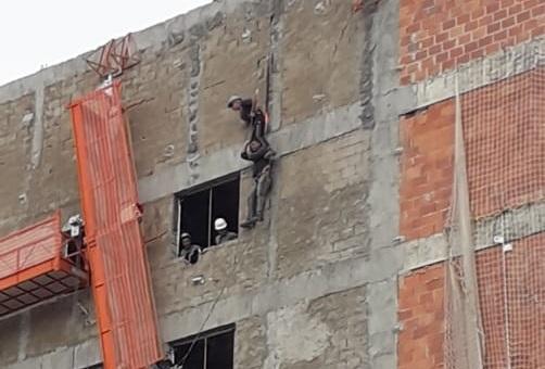 Problema em andaime deixa dois operários pendurados em construção no centro de Ijuí