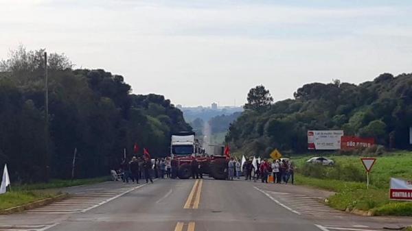 Manifestantes encerram protesto no trevo de entroncamento da BR 468 com a ERS 155
