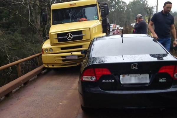 Carro e caminhão colidem sobre ponte em Ametista do Sul
