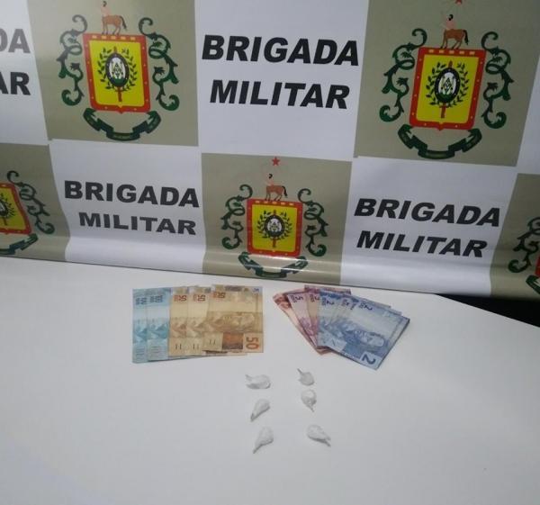 Brigada Militar flagra homem comercializando drogas em veículo no centro de Três Passos