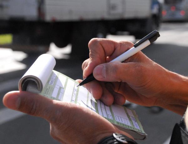 Cai o número de multas no estado