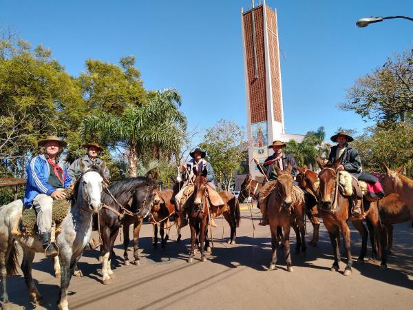 Cavalarianos de Marques de Souza chegam para o acendimento da Chama Crioula