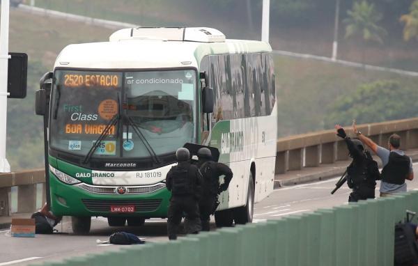 Sequestrador de ônibus é morto por atirador de elite na Ponte Rio-Niterói