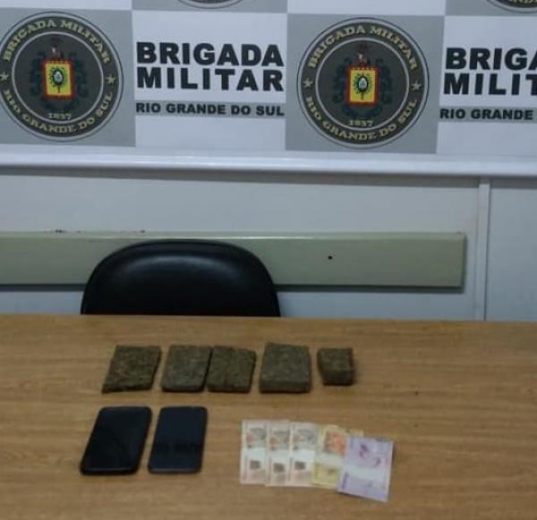 Brigada Militar de Crissiumal prende dois homens com cerca de 500 gramas de maconha