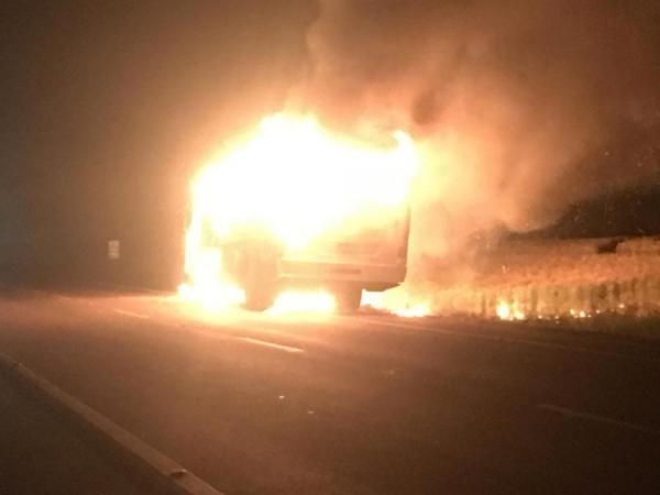 Ônibus de transporte universitário é consumido pelo fogo na ERS 155