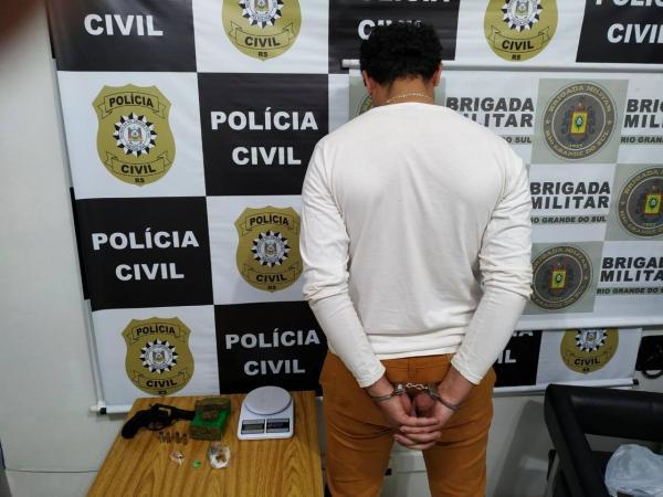 Traficante é preso com arma e drogas em Três Passos