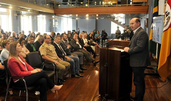Escolas de Pinheirinho do Vale e de Frederico Westphalen ganham troféu educacional da Assembleia Legislativa