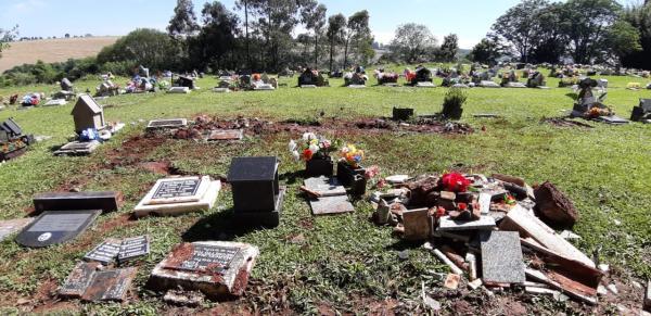 Homem é preso após destruir jazigos e sepulturas com carro
