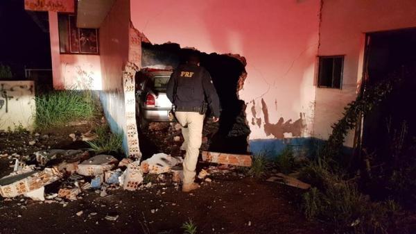 Automóvel invade estrutura do antigo posto de pedágio na BR 285 e motorista morre