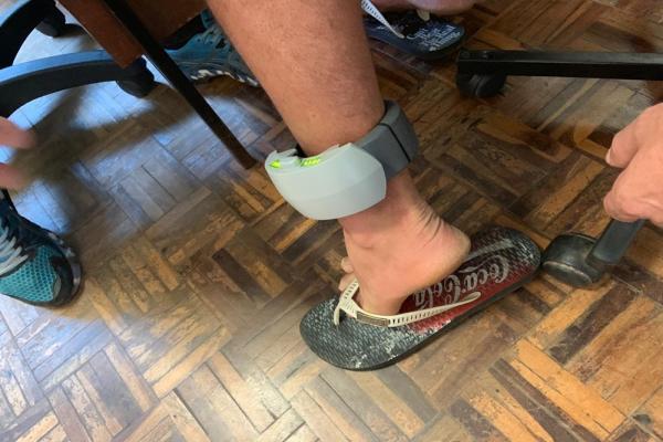 Apenados de Frederico Westphalen recebem tornozeleiras eletrônicas