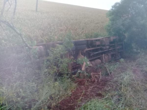Caminhão tomba às margens da RS-210 em São Martinho