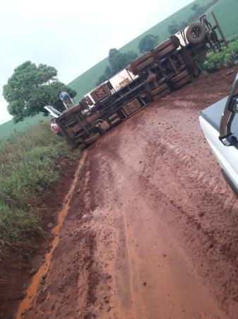 Caminhão tomba no interior de Miraguaí