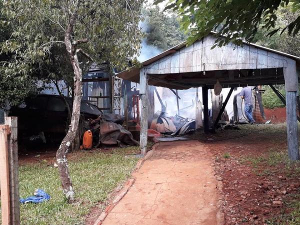 Casa é destruída pelo fogo em Coronel Bicaco