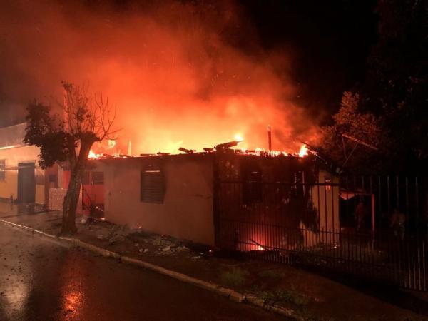Incêndio destrói moradia no centro de Coronel Bicaco