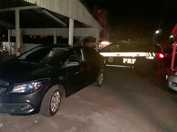 PRF de Sarandi prende dois homens e recupera carro roubado