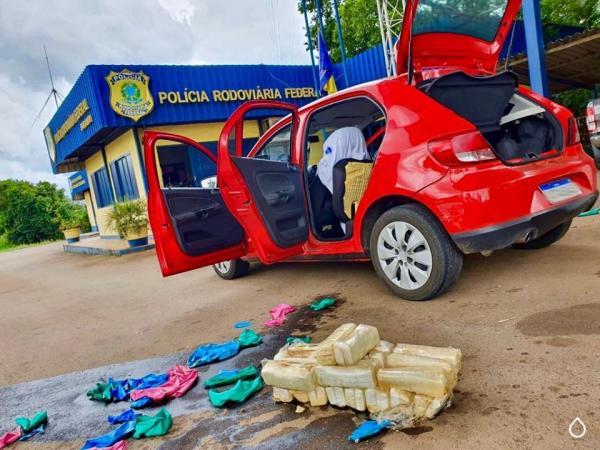 PRF de Sarandi prende duas mulheres com 20,6 quilos de cocaína em tanque de gasolina
