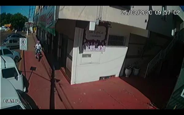 Motociclista circula pela calçada no centro de Tenente Portela