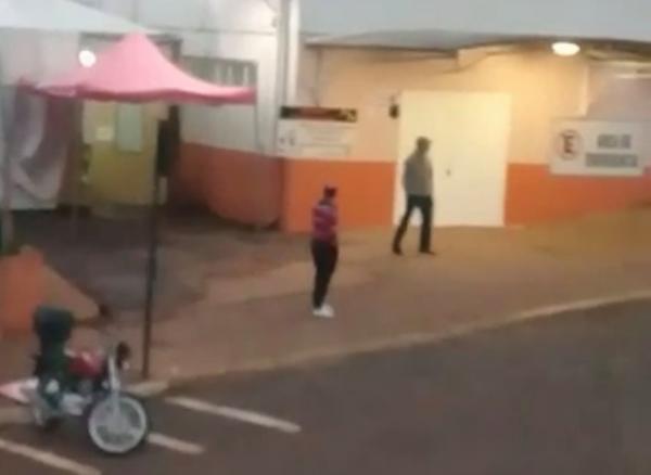 Homem desabafa aos gritos em frente ao Hospital Santo Antônio de Tenente Portela
