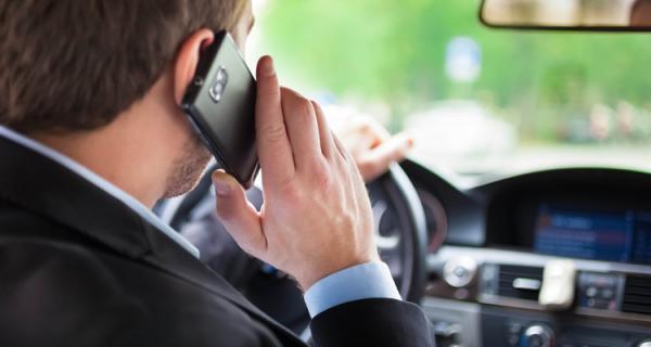 Um quinto dos motoristas do país utiliza o celular enquanto dirige