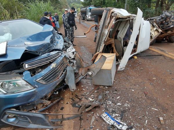 Após ter carro partido ao meio, motorista foge de local de acidente