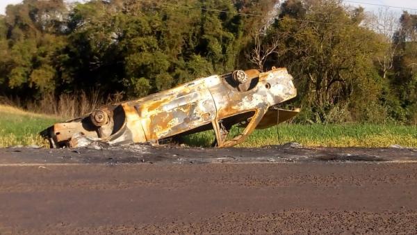 Automóvel destruído pelo fogo continua as margens da RS 330