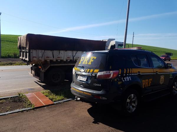 PRF flagra caminhão com excesso de carga na BR 386 em Seberi
