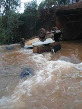 Camionete cai dentro de rio em Coronel Bicaco