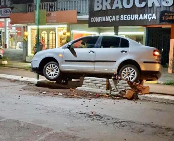 Vídeo: Empilhadeira é usada para remover carro que parou em cima de floreira no centro de Tenente Portela