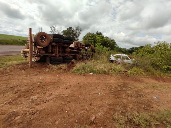 Colisão entre caminhão e automóvel na BR-468 em Três Passos
