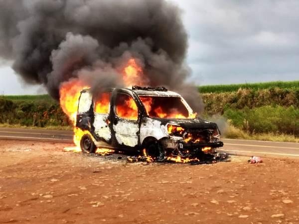 Fogo destrói ambulância da prefeitura de Coronel Bicaco