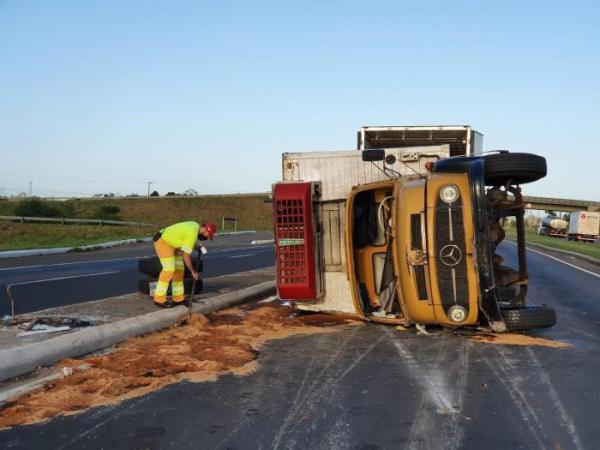 Caminhão tomba com cinco toneladas de óleo de soja e bloqueia a BR-386
