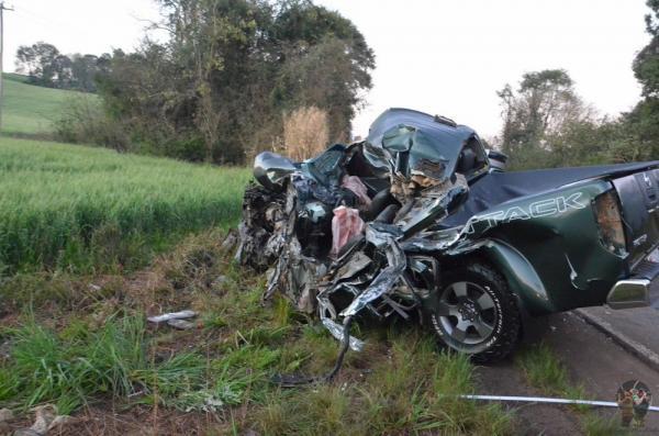 Rondinha: Motorista de caminhonete morre em colisão contra ônibus de torcedores