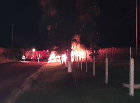 Camionete colide contra barranco às margens da RSC 472 e pega fogo