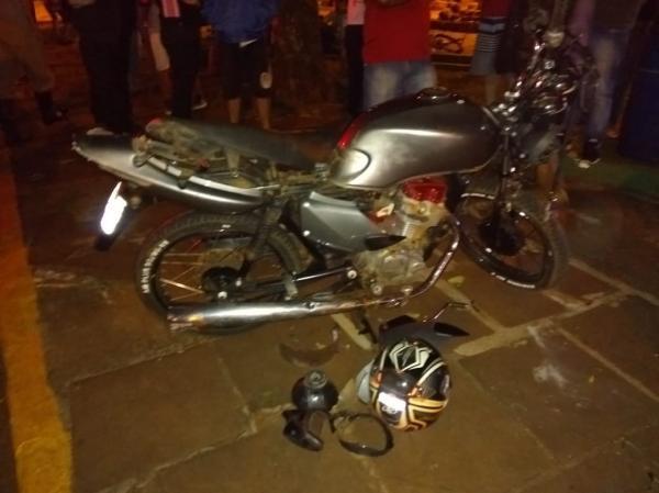 Motociclista fica ferido após colisão em uma árvore no centro de Tenente Portela