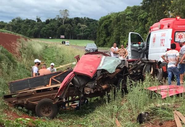 Camionete colide contra maquinário agrícola na BR 468 em Campo Novo